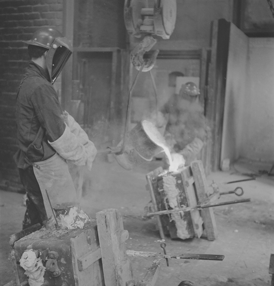 Founders casting at The Hermann Noack Foundry, West Berlin c.1966