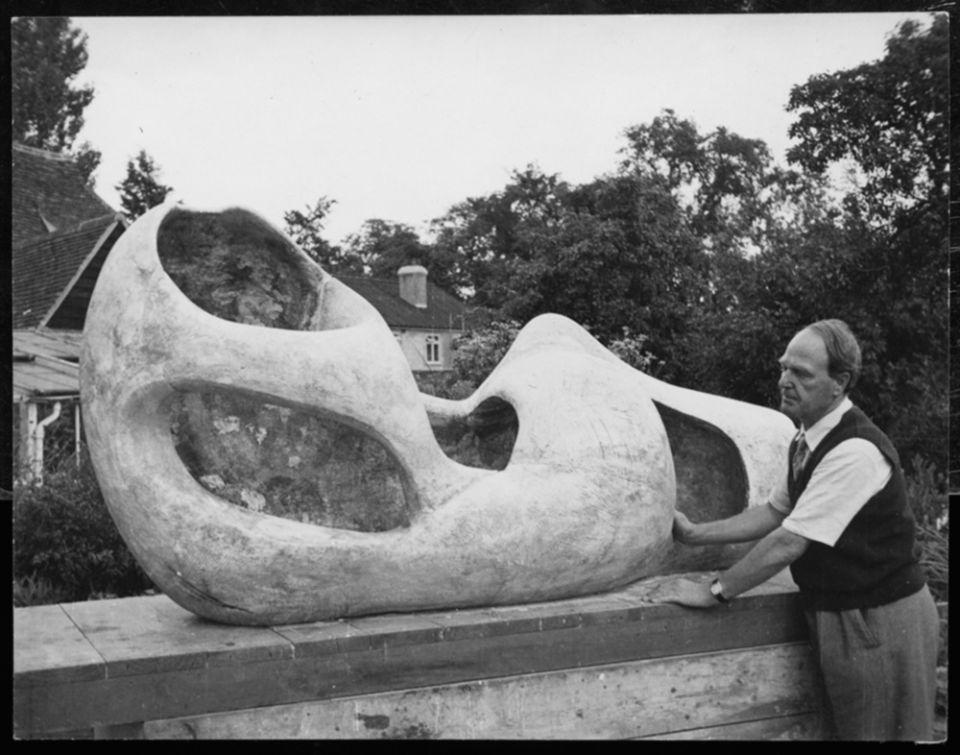 Henry Moore with Reclining Figure: External Form 1953-54 (LH 299) outside Hoglands.