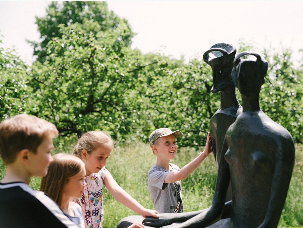 Children with Henry Moore, 'King and Queen' 1952-53