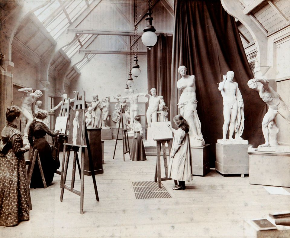 Photo of a life drawing class (c. 1890)